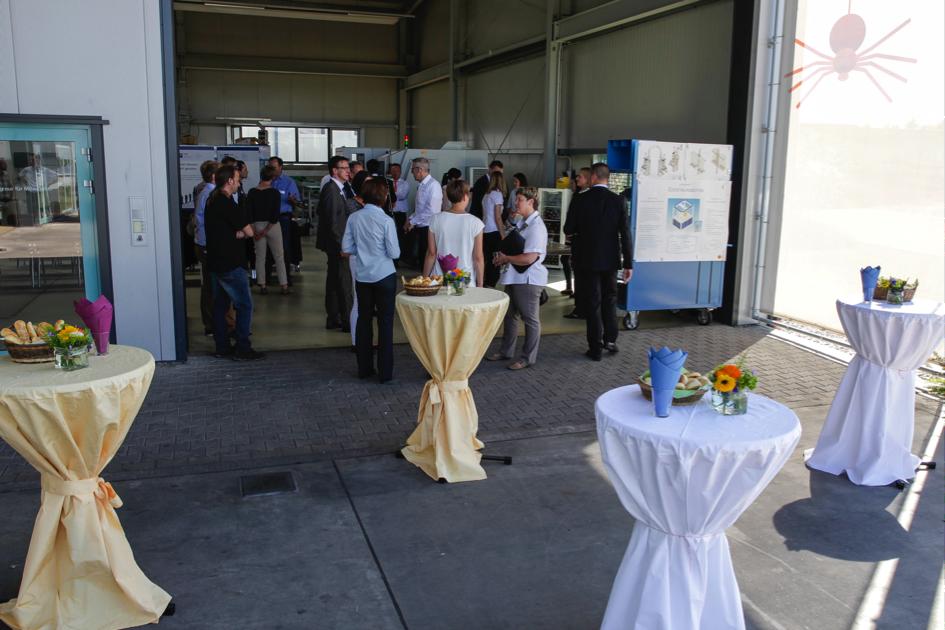 Trotz des guten Wetters haben sich zahlreiche Besucher eingefunden und waren beeindruckt von der Offenheit und dem Engagement des spinner automation Teams.